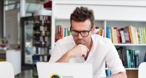 Hombre joven trabajando en una notebook