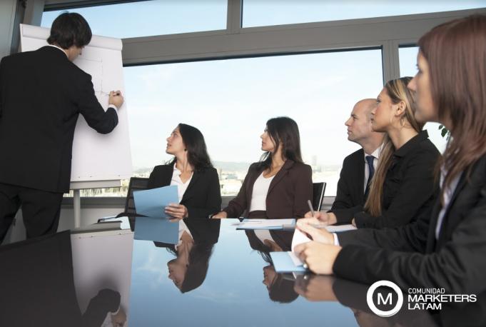 Gente alrededor de una mesa de reuniones