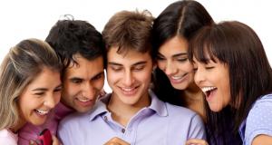Grupo de jóvenes al rededor de un celular
