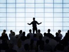 hombre exponiendo ante un público